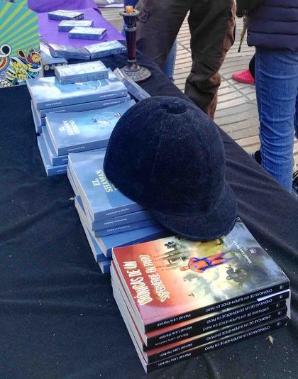 libros con casco en Ramblas